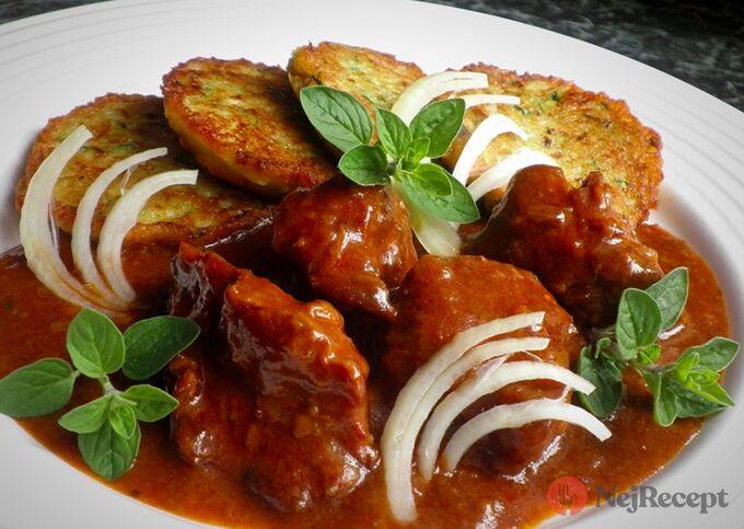 Recept Pivní gulášek z pomaláčku a cuketové bramboráčky