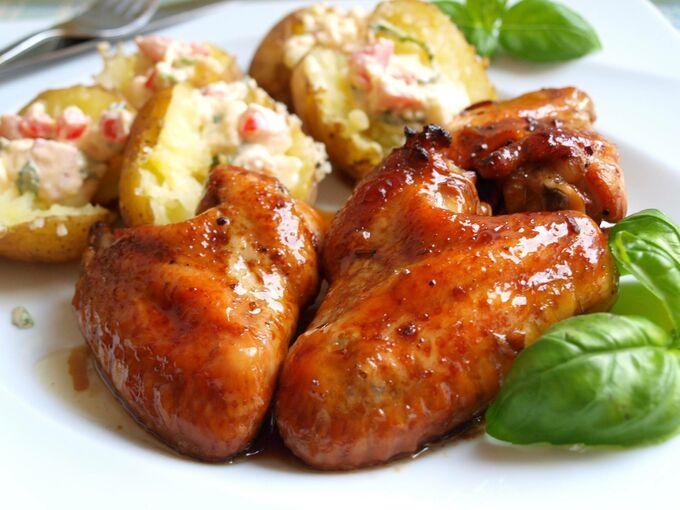 Recept Kuřecí křídla v pivní marinádě s novými brambory a hermelínovo rajčatovým dipem