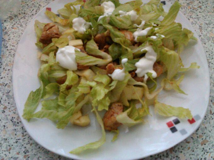 Recept Kuřecí salát s jablkem a jogurtovou zálivkou