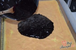 Příprava receptu Borůvkové kostky s krémem ze zakysané smetany a tvarohu, krok 2