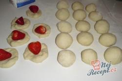 Příprava receptu Kynuté jahodové knedlíky, krok 1