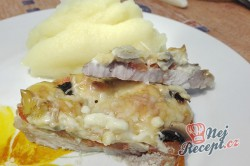 Příprava receptu Vepřové plátky s houbami, rajčetem a sýrem, krok 7