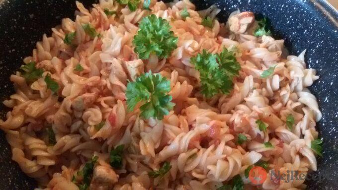 Recept Těstoviny s kuřecím masem v rajčatové omáčce