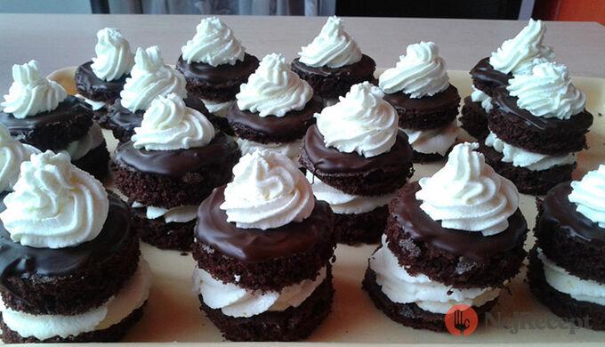 Recept Čokoládově tvarohové dortíky se šlehačkou