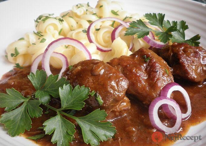 Recept Pivní gulášek z pomaláčku a těstoviny funghetto