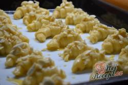 Příprava receptu Máslové loupáčky s mandlemi, krok 10