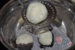 Příprava receptu Tvarohové kuličky s mákem v malinové omáčce, krok 6