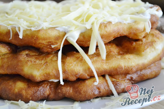 Recept Mňamkové langoše se strouhaným sýrem