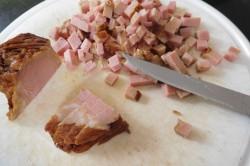 Příprava receptu Rohlíkové placičky s uzeným a hermelínem, krok 2