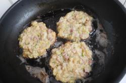 Příprava receptu Rohlíkové placičky s uzeným a hermelínem, krok 8