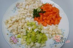 Příprava receptu Zeleninová polévka s kapáním a žampiony, krok 1