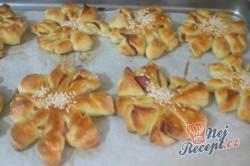 Příprava receptu Kvítky se salámem z kynutého těsta, krok 9
