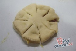 Příprava receptu Kvítky se salámem z kynutého těsta, krok 7