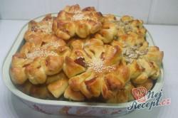 Příprava receptu Kvítky se salámem z kynutého těsta, krok 10