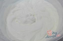 Příprava receptu Nepečené jahodové řezy s čokoládovými sušenkami, krok 2