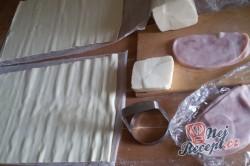 Příprava receptu Fantastické a mega rychlé kytičky z listového těsta plněné šunkou a sýrem, krok 1