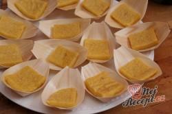 Příprava receptu Opečené polentové čtverečky s karamelizovanou cibulí a houbami na víně, krok 2