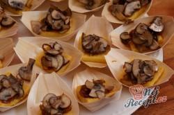 Příprava receptu Opečené polentové čtverečky s karamelizovanou cibulí a houbami na víně, krok 3