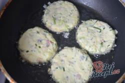 Příprava receptu Bramborové placičky se slaninou a pórkem, krok 5