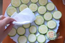 Příprava receptu Cuketa v pivním těstíčku s česnekovou omáčkou, krok 2