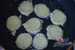 Příprava receptu Cuketa v pivním těstíčku s česnekovou omáčkou, krok 4
