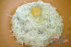 Příprava receptu Jemné cuketové placičky s chutnou náplní ze zakysané smetany, krok 1