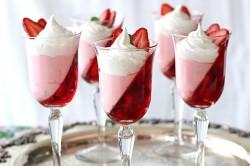 Příprava receptu Skvěle vypadající pohár plný jahod z 3 ingrediencí, krok 3