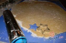 Příprava receptu Oříškové hvězdičky - křehké vánoční cukroví, krok 3