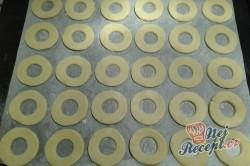 Příprava receptu Nugátové kroužky máčené v čokoládě, krok 2