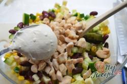 Příprava receptu Lehký kuřecí salát se zálivkou ze zakysané smetany a dijonské hořčice, krok 5
