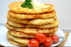 Příprava receptu Kefírové placky se sýrem. Super náhrada pečiva ke snídani., krok 5