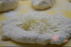 Příprava receptu Kefírové placky se sýrem. Super náhrada pečiva ke snídani., krok 4
