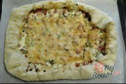 Příprava receptu Fantastická falešná pizza se základem ze zakysané smetany, kterou připravíte zcela jednoduše, krok 3