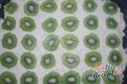 Příprava receptu Piškotový kiwi koláč se želatinou, krok 2