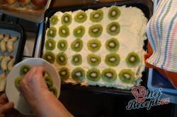 Příprava receptu Piškotový kiwi koláč se želatinou, krok 1
