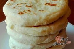 Příprava receptu Extra rychlé česnekové placky plněné sýrem, perfektní jako náhrada pečiva na grilovačku!, krok 2