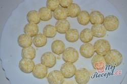 Příprava receptu Líné tvarohové knedlíčky obalené ve strouhance, krok 2