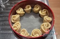 Příprava receptu Věneček z kynutého těsta posypaný cukrem, krok 7