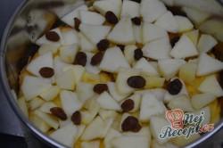 Příprava receptu Žemlovka s jablky a rozinkami a bílkovou peřinkou, krok 6