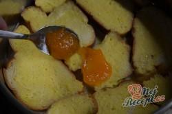 Příprava receptu Žemlovka s jablky a rozinkami a bílkovou peřinkou, krok 5