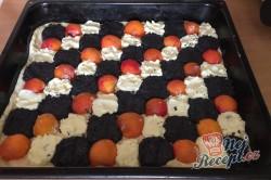 Příprava receptu Kynutý koláč s mákem, meruňkami a tvarohem, krok 9