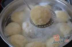 Příprava receptu Tvarohové kuličky plněné s meruňkami, krok 5