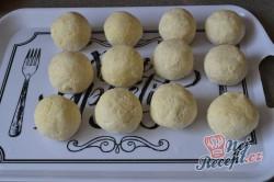 Příprava receptu Tvarohové kuličky plněné s meruňkami, krok 3