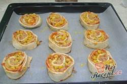 Příprava receptu Pizzovníky z listového těsta se šunkou, sýrem a kukuřicí, krok 6
