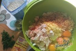 Příprava receptu Slaný cuketový koláček. Zamícháte v misce, nalijete na plech a upečete., krok 2