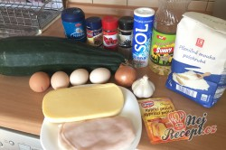 Příprava receptu Slaný cuketový koláček. Zamícháte v misce, nalijete na plech a upečete., krok 1
