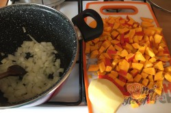 Příprava receptu Krémová polévka z dýně Hokaido, krok 2