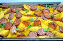 Příprava receptu Zapečené brambory s cibulí a párkem, krok 8