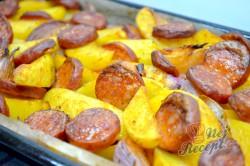 Příprava receptu Zapečené brambory s cibulí a párkem, krok 9