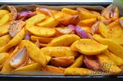 Příprava receptu Zapečené brambory s cibulí a párkem, krok 5